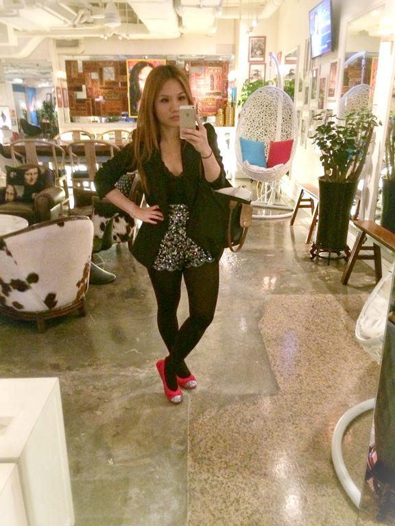 Here I am taking a rare selfie at the pretty lobby while waiting for a friend. Travel tip: I have this little thing I do when I travel.. I leave my hotel in foldable ballet flats (in this case, a comfy pair of Yosi Samra) and then pack my heels in my bag (see that canvas bag peeking out!) so I can take the train and walk a lot to get to where I'm supposed to be, then switch shoes right before I enter! Now you know my secret! :)