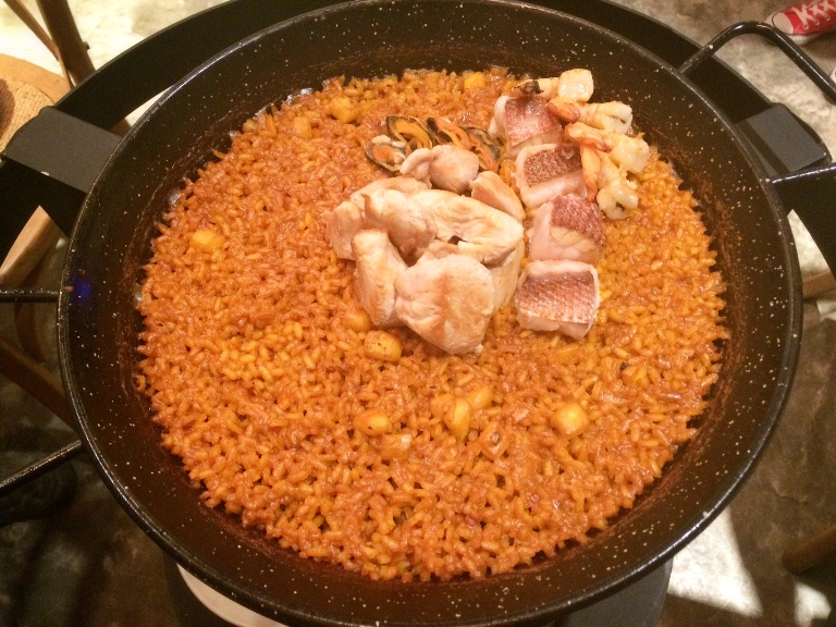 The Del Sonrito paella, cooked al dente and thin, is boneless chicken and seafood. Preparation time is around 30-45 minutes, and it's P395/ per person