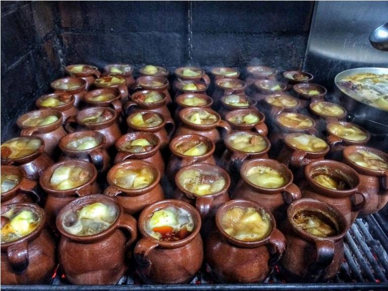 La Bola is an institution known for its cocido Madrileno, cooked in individual earthenware pots for 4 to 6 hours, and is a favorite of the kings and queens of Spain, and even actor Richard Gere!