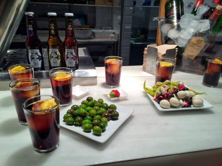 It's never too early to drink! Mid-morning vermouth (vermut) break at Mercado San Miguel, along with little skewers of happiness: quail eggs, sardines, red and green pepper, and the most beautiful olives! While vermouth Greek and Roman origin and became famous in Italy, the Vermut Reus. Vermut Reus, considered a benchmark vermut and one of the top vermut in Spain comes from the town of Reus in province of Tarragona in Catalunya. It has a slight bitter aftertaste and herbal aromas from the herbs and spices used to enhance its flavor.