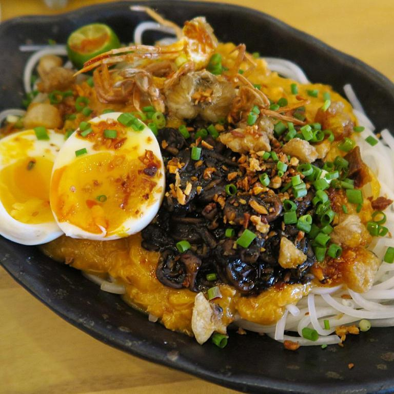 Was actually never a fan of pancit palabok until this! While the traditional palabok is cooked with shrimp, at Kafe Batwan, it's cooked in crab fat, and topped with crablets, chicharon, sauteed squid and soft-boiled egg