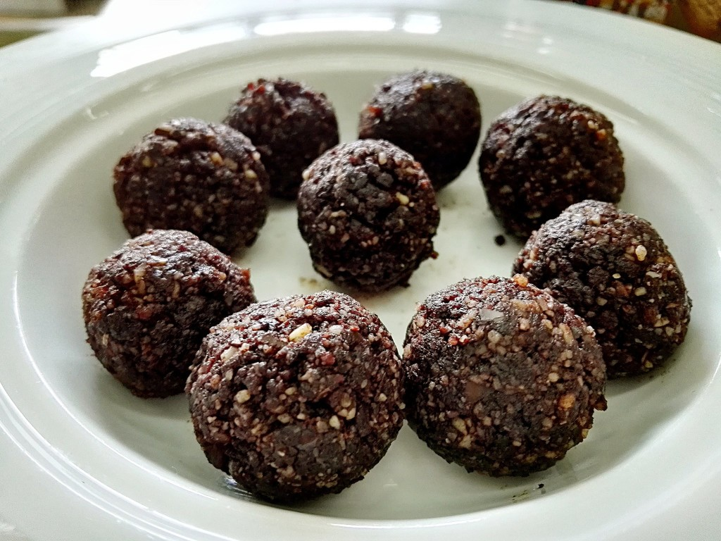 Three-Ingredient Cocoa Bliss Balls That Taste Like Chocolate Truffles 2