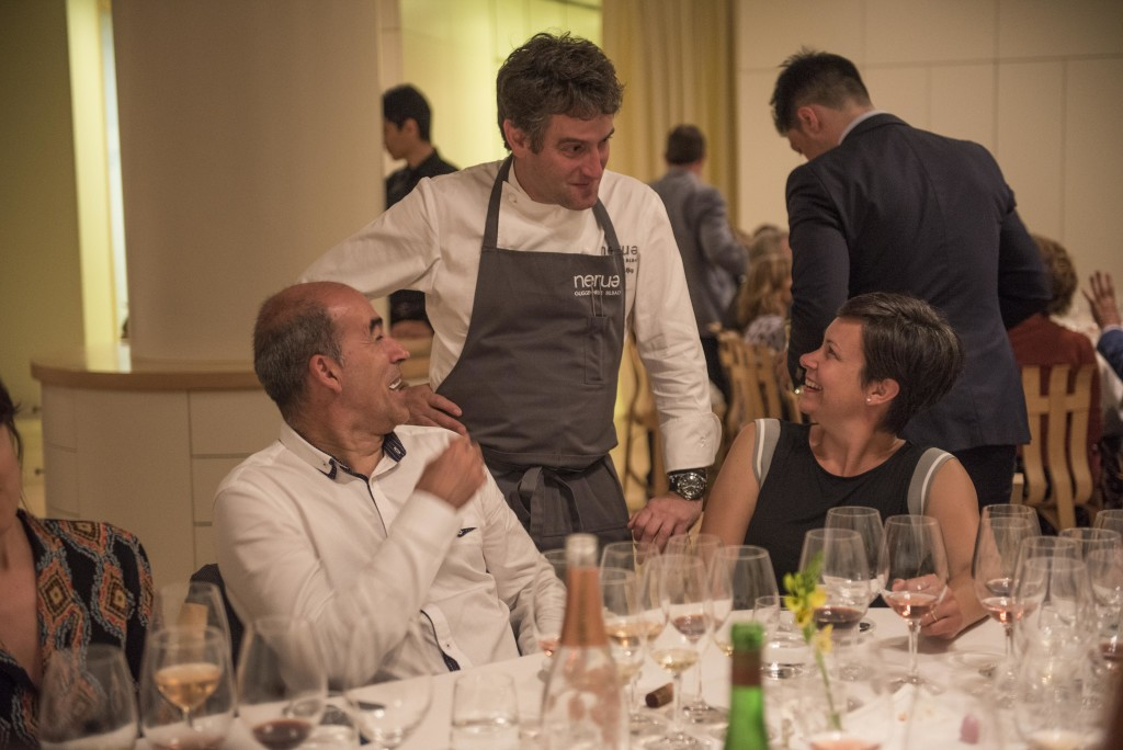 Josean Alija comes out to say hello to the guests, which include Gari Rios of Itsasmendi, one of the best producers of txakoli. His Itsasmendi N. 7 and Artizar 2012 were served that evening. (Photo by Miguel Toña - MTVisuals)