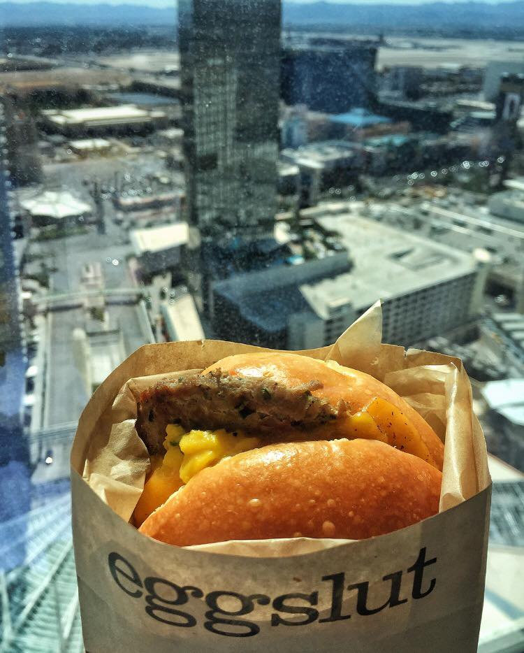 Finally got to try Alvin Cailan's Eggslut... in Vegas! I walked to The Cosmopolitan from Aria Sky Suites, lined up at Eggslut for half an hour (line was insane!!!) and took it back to my room for breakfast. 🍳🍳🍳 And it was worth the wait! This is the Fairfax (with additional turkey sausage)
